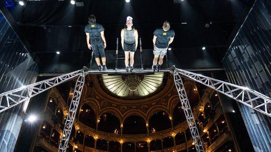Trois performeurs de la compagnie américaine Streb Extreme Action tournent sur la « molinette » sur la scène du Théâtre du Châtelet