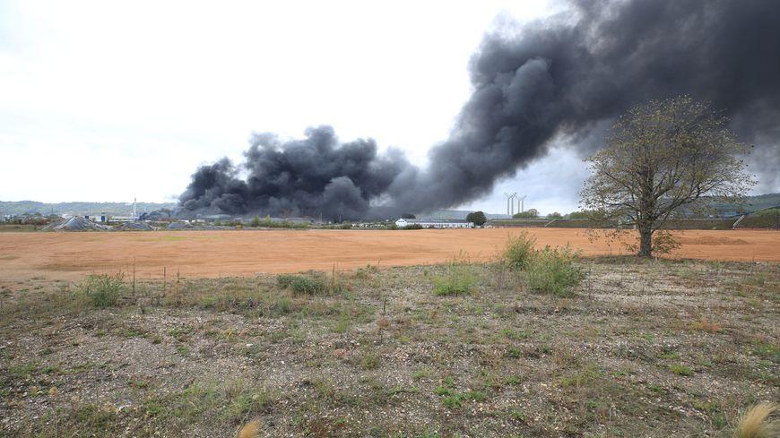 L'incendie à l'usine Lubrizol a provoqué un important panache de fumées.