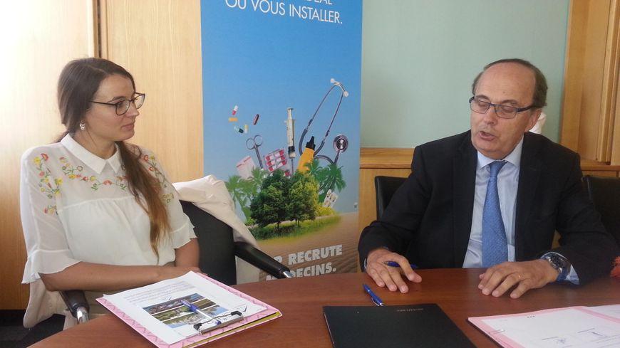 Le président du conseil départemental du Cher, Michel Autissier, a remis une bourse à une jeune interne en médecine moldave qui s'engage à venir exercer dans le département