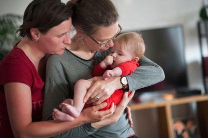 Un couple, membre de l'Association des parents et futurs parents gays et lesbiens, et leur enfant