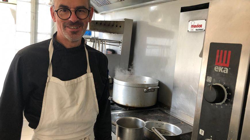 Le chef Philippe Batard à l'Auberge du Vieux Château à Saint-Sauveur-le-Vicomte (Manche) en cuisine. Août 2019.