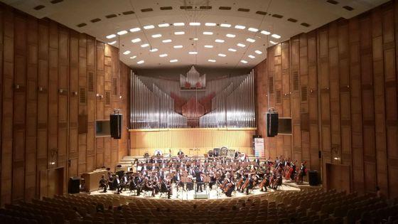 L' Auditorium de la radio nationale roumaine avec le pianiste Francesco Tristano , l'Orchestre philharmonique de l'Etat de Sibiu et le chef Cristian Lupes