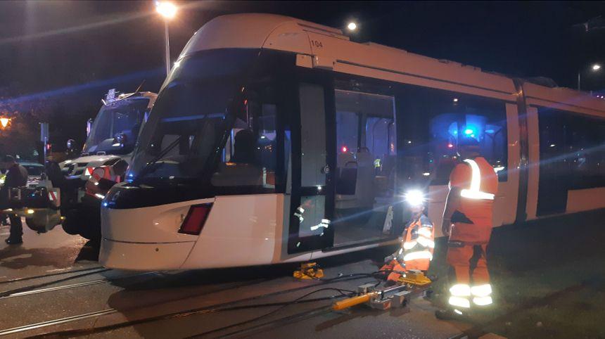 Les équipes techniques du tram s'attellent à remettre la rame sur ses rails.