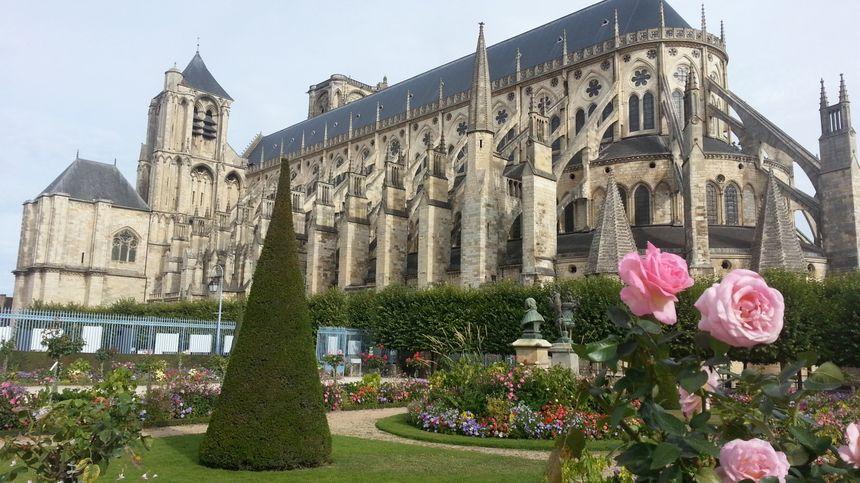 La cathédrale St-Etienne de Bourges et son fabuleux jardin.