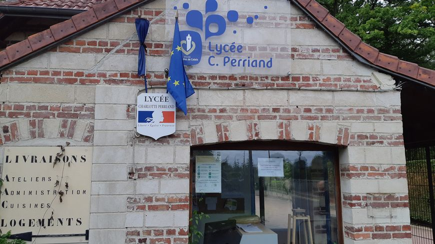 Le drapeau français était en berne ce lundi au lycée Charlotte-Perriand de Genech. Les 1300 élèves ont observé un moment de recueillement.