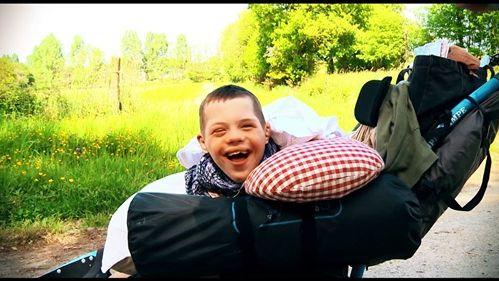 VIDÉO - Un papa mayennais écrit une chanson d'amour et d'espoir pour son fils handicapé. Simon, vedette d'un clip musical