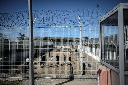 Des personnes se tiennent dans une cour du Centre de Rétention Administrative (CRA), un centre de détention pour migrants situé à Vincennes, dans l'est de Paris, le 18 septembre 2019.
