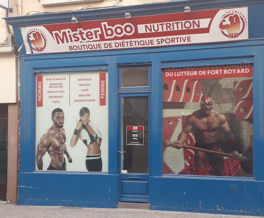 La vitrine de son commerce légal de nutrition sportive à Valence