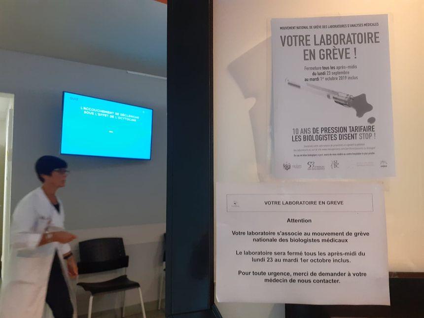 La grève s'affiche au laboratoire d'analyses médicales Ehret-Faubourg.
