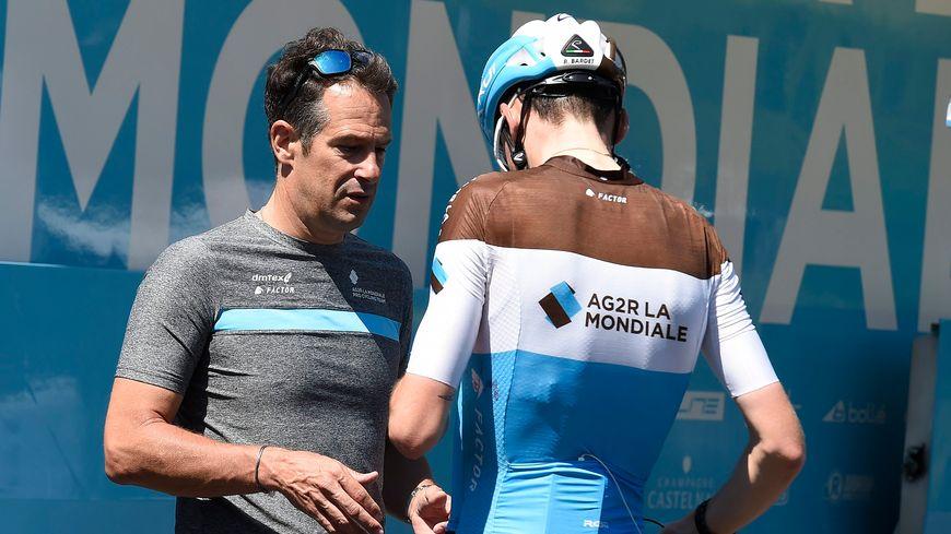 Romain Bardet (de dos) avec son directeur sportif Julien Jurdie.