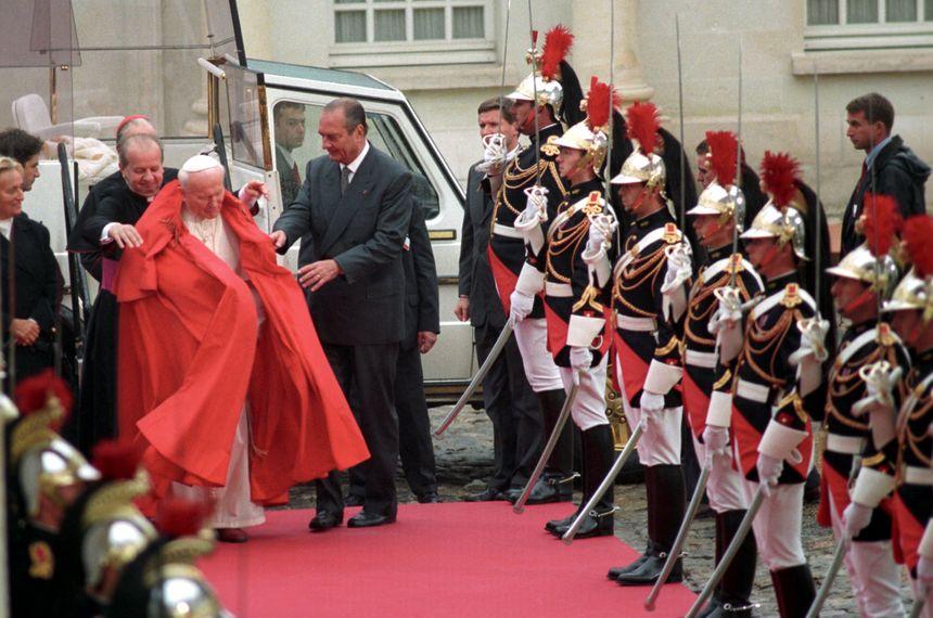 Jacques Chirac accueillant le pape Jean-Paul 2 en septembre 19996