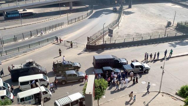 Le vendredi 27 septembre, pour éviter toute nouvelle manifestation hostile, le pouvoir égyptien interdit les accès à la place Tahrir.