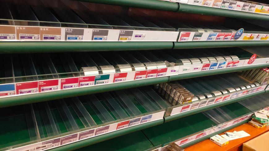 Les voleurs ont dérobé presque tous les paquets de cigarettes du magasin et de la réserve.