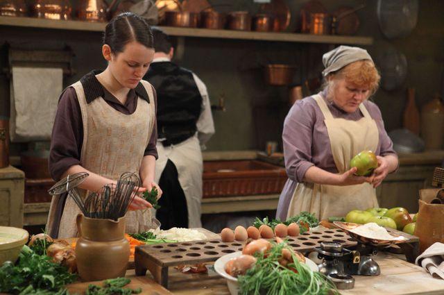 Daisy et Miss Patmore, deux employées de la cuisine de Downton Abbey.