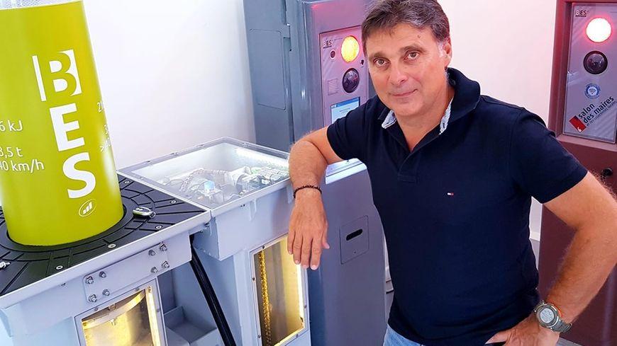 Jean-Bernard Lafont devant un modèle de borne escamotable