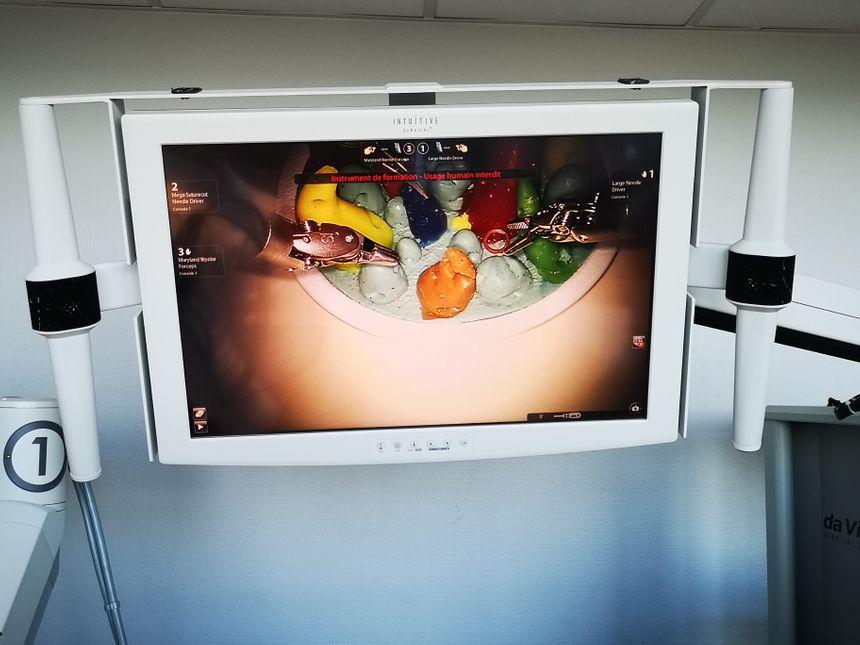 L'intervention du chirurgien est suivie sur grand écran par le personnel de santé