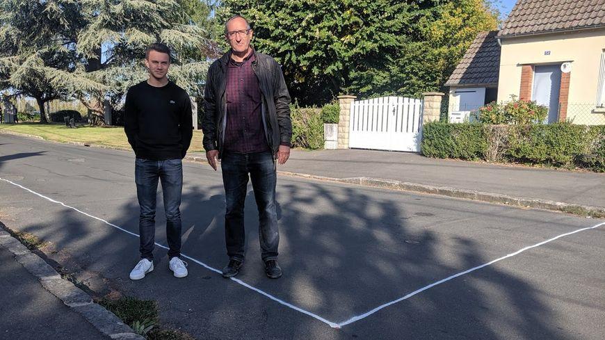 Corentin et son professeur François Etave, tous deux du lycée Gaudier-Brzeska de Saint-Jean-de-Braye, devant le tracé de l'ancien poste de garde.