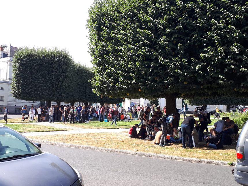 Environ 200 personnes sont rassemblées pour pique-niquer, ce samedi midi, à Nantes.
