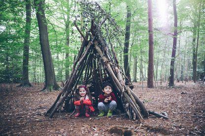 Cabane faite des branchages ramassés dans les bois