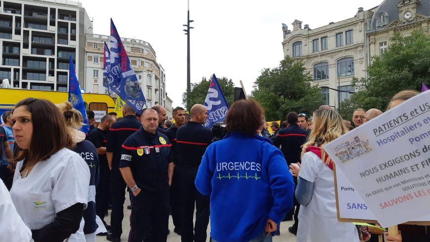 Manifestation communes des pompiers et des personnels soignants, à Valence, pour réclamer plus de moyens.