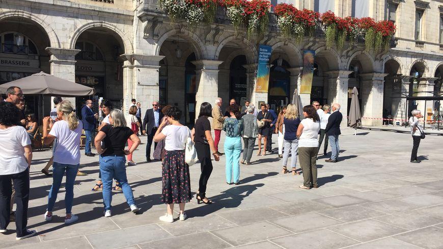 Une minute de silence a été observée sur le parvis de la mairie de Bayonne en l'hommage de Jacques Chirac