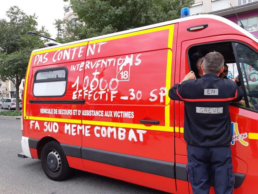 Les pompiers de la Drôme dénoncent une baisse de leurs effectifs alors que le nombre d'interventions augmente.