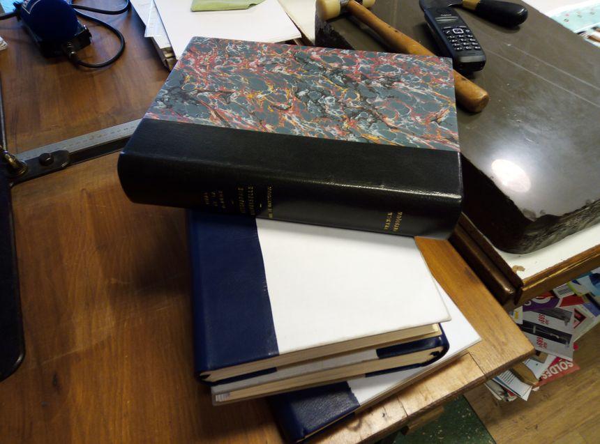Les livres avant, pendant, et après restauration.