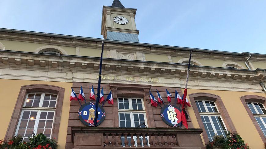 Les drapeaux sont en berne sur le fronton de la mairie de Belfort