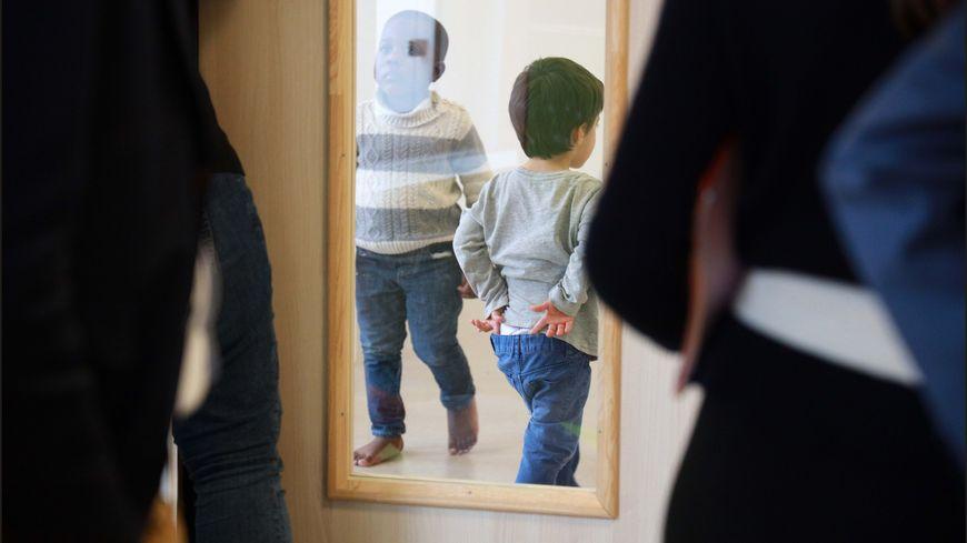 Portrait de membres d'une famille autiste alsacienne... Vidéo.... En France, 700 000 personnes ont un trouble autistique, dont 100 000 enfants