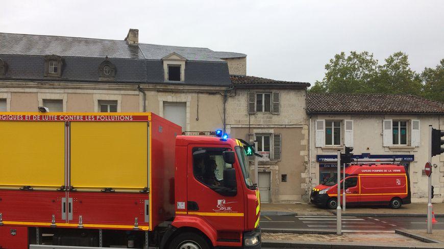 Les pompiers interviennent pour contenir la fuite