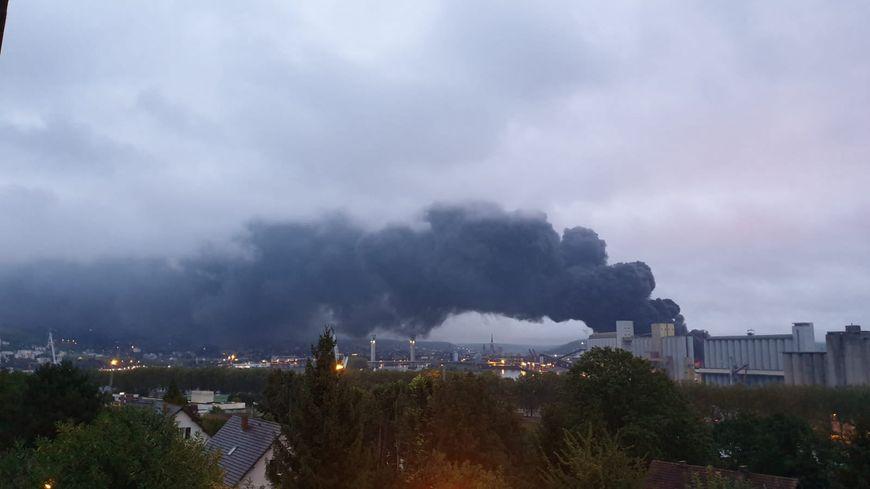 Le panache de fumée noire au dessus de l'usine Lubrizol visible depuis Canteleu