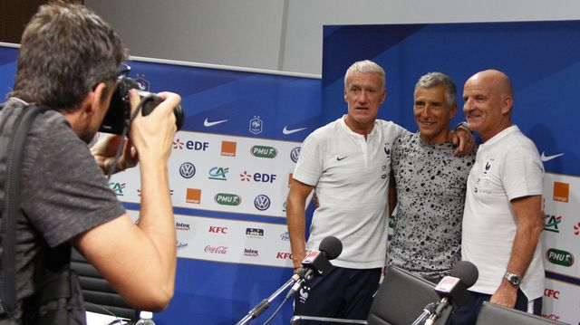 Nagui, entouré de Didier Deschamps et Guy Stephan, pose pour le photographe du Parisien