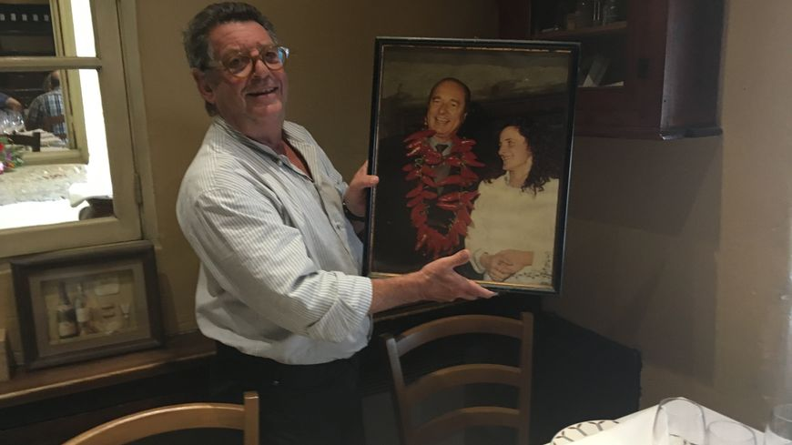 Jean-Pierre Xiradakis conserve une photo de Jacques Chirac dans son restaurant, qu'il avait accrochée à l'occasion de sa venue.
