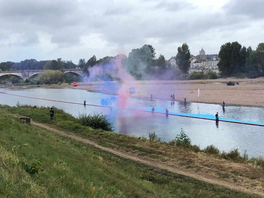 La course de canards a duré une quarantaine de minutes, entre le quai des Augustins et le pont George V