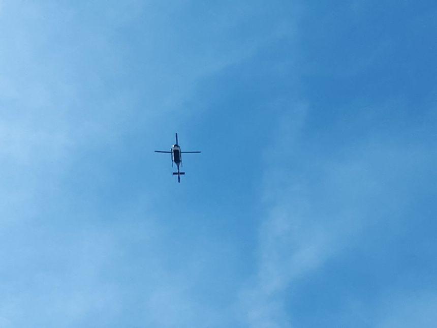 Un hélicoptère de la gendarmerie survole la place du Général Mellinet, à Nantes.