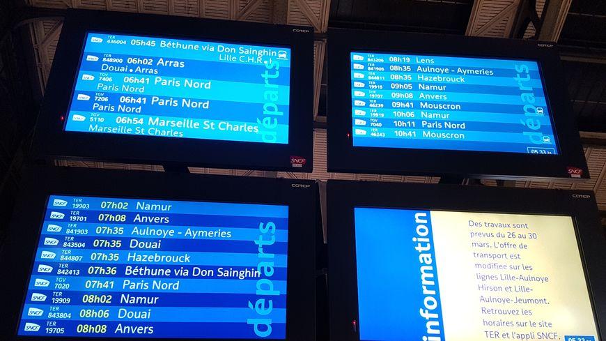 Un panneau d'affichage à la gare Lille-Flandres