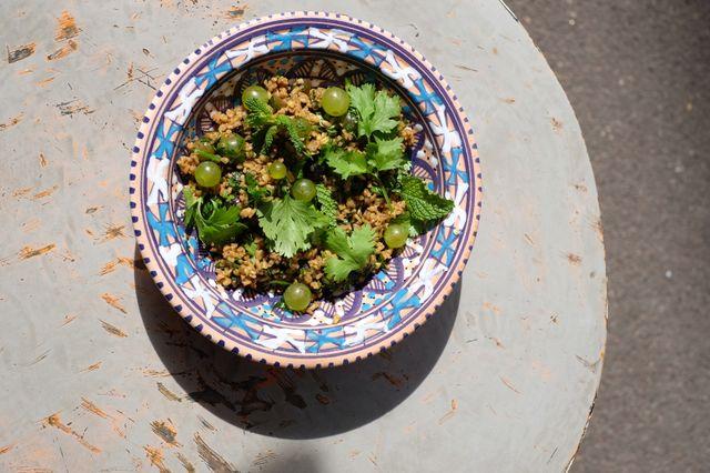 Taboulé aux raisins frais, herbes fraîches, mélasse de grenade et sept épices