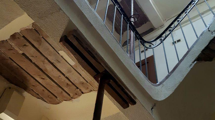 Des étais ont été installés dans la cage d'escalier