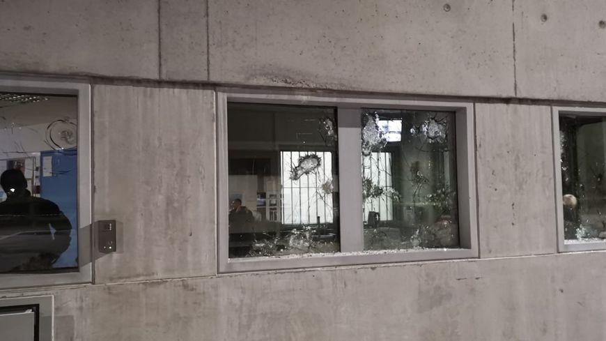 Les vitres du centre pénitentiaires cassées.