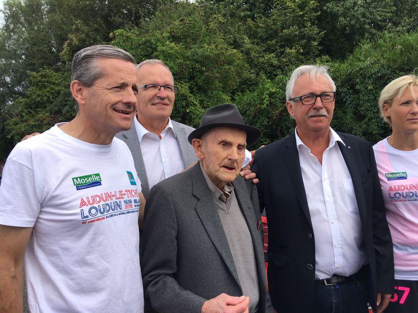 L'ancien maire d'Audun-le-Tichen ancien exilé, entouré des élus devant la gare