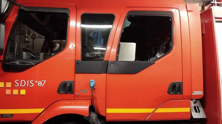 La vitre arrière du véhicule a été brisée par un projectile ce samedi soir alors que les pompiers intervenaient dans le quartier du Mas Jambost à Limoges