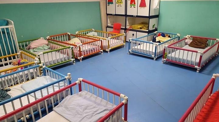 Le dortoir de la pouponnière de Corse ne devrait accueillir que six enfants...les dérrogations permettent souvent d'aller au delà.