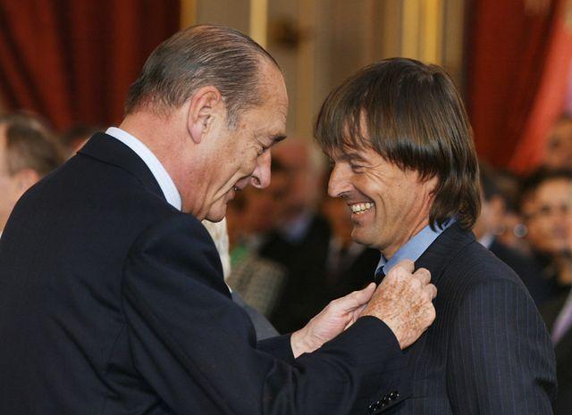 Jacques Chirac décerne à Nicolas Hulot l'Ordre national du mérite, en 2003