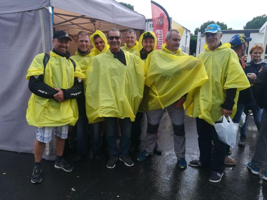Ce groupe d'amis, venus de Chambéry, Dreux et Montélimar, a investi dans des ponchos pour se protéger de la pluie.