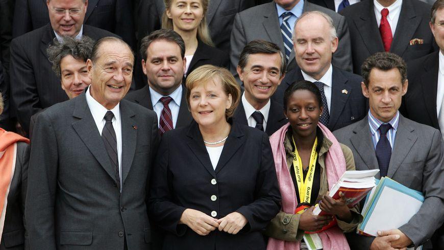 Xavier Bertrand entre Jacques Chirac et de la chancelière allemande Angela Merkel en octobre 2006 sur les marches de l'Elysée
