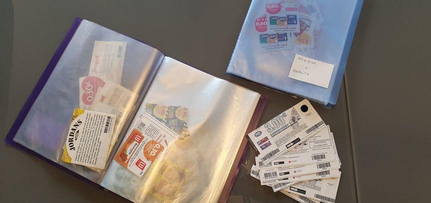 Dans un placard, le couple range et tri par catégorie les coupons obtenus en magasin ou sur internet