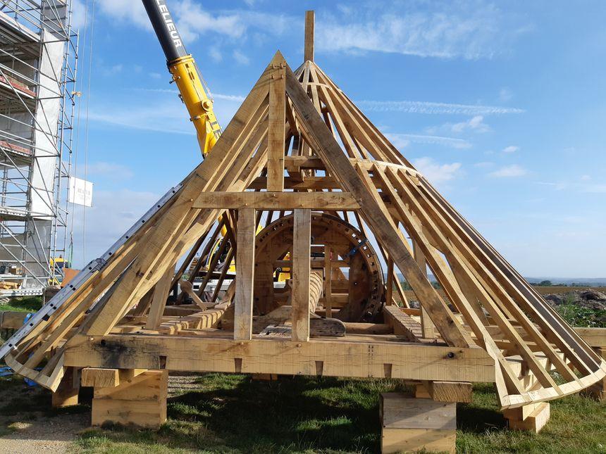 Pour recréer cette charpente de 9 tonnes, l'entreprise Battais a été confrontée a des problèmes d'approvisionnement en chêne.
