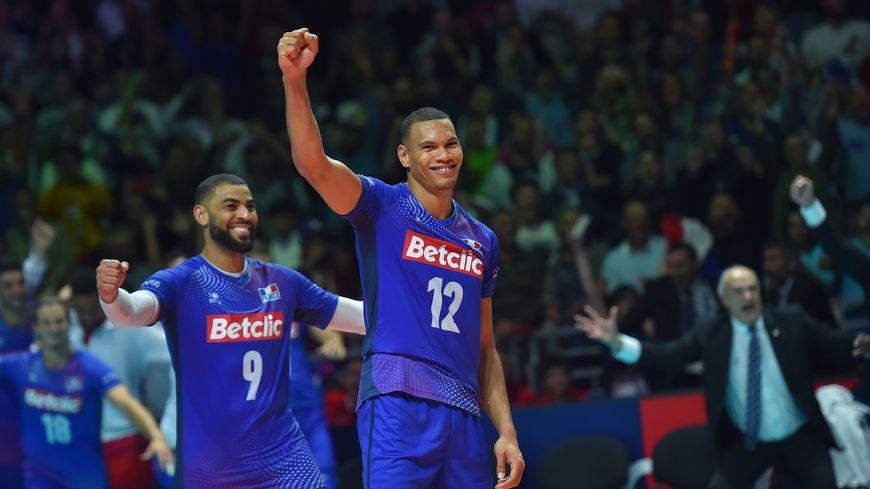 Les joueurs de l'équipe de France célèbrent leur qualification.