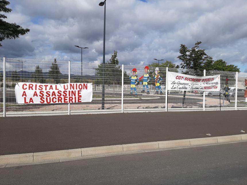 Les banderoles à l'entrée de l'usine.