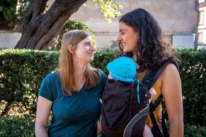 Katharina et Adeline à Toulouse avec leur bébé de six mois conçus par PMA au Danemark